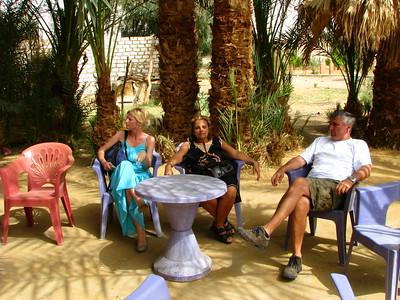 """Kávészünet a hajdani """"Malév Rest House""""-nál - a kopár sivatagban ma kellemes liget van"""