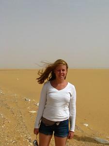 Zsófi a Nagy Erg északi csücskén, a Sárga-sivatagban