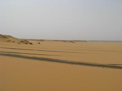 Régi és új utak a Sárga-sivatag homokja alatt és felett