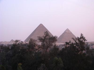 A gízai piramisok a szálloda ablakából - este