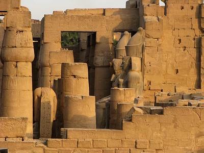 Az egyik legszebb II. Ramszesz-szobor a Luxor Templomban