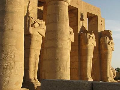 Ozirisz-szobrok a lemenő nap fényében