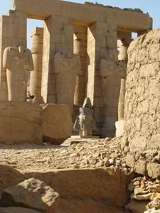 Megunhatatlan látvány: a hiposztylcsarnok az Ozirisz-szobrokkal és a külön felállított királyfejjel