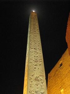 A Hold fennakadt az obeliszk tetején
