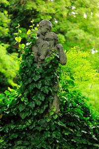 Statue in Kerepesi Cemetery — Szobor a Fiumei Úti Nemzeti Sírkertben
