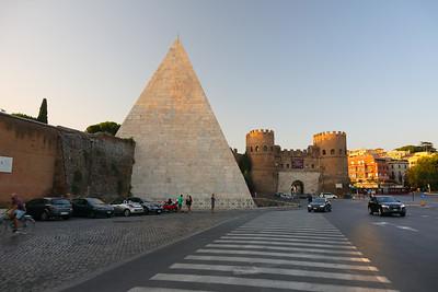 Piramide e Porta di San Paolo — Cessius piramisa és a Szent Pál-kapu