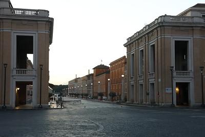 Piazza S Pietro prima di alba — St. Peter's Square before dawn — A Szent Péter tér pirkadatkor