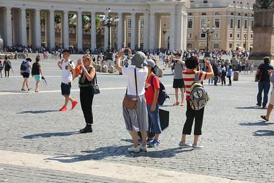 Piazza di S Pietro — St. Peter's Square — Szent Péter tér