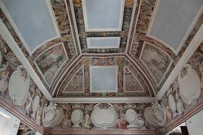 Un samilavorato soffito dipinto — Egy félkész festett mennyezet