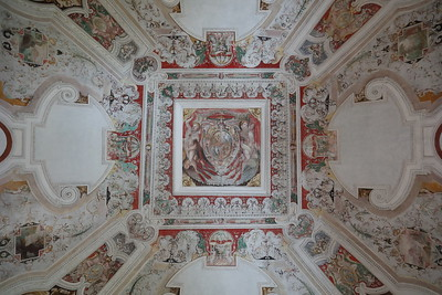 Un semilavorato soffito dipinto — Egy félkész festett mennyezet
