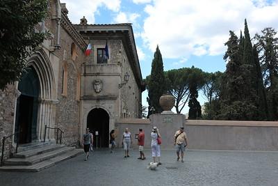 All'entrata della Villa d'Este — A Villa d'Este bejáratánál