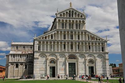 Pisa, Campo dei Miracoli – la facciata del Duomo dalla porta del Battistero