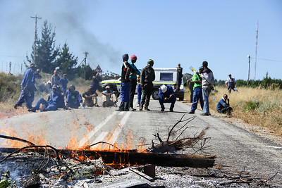 Burning Rubble forces closure of motorway amid farm workers protests