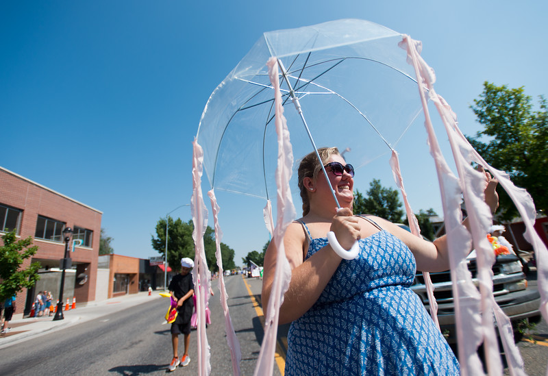 "Emma Dehner, with the Longmont Theatre Company, waves to the crowd during the Boulder County Fair Parade in Longmont on Saturday.<br /> More photos:  <a href=""http://www.dailycamera.com"">http://www.dailycamera.com</a><br /> (Autumn Parry/Staff Photographer)<br /> July 30, 2016"