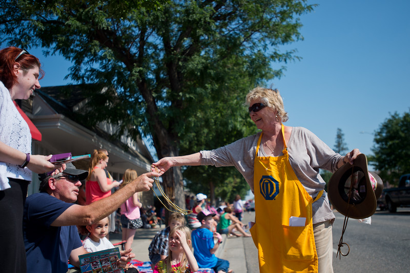 """Veronica Pease, with the Boulder Optimist Club, hands out bead necklaces during the Boulder County Fair Parade in Longmont on Saturday. <br /> More photos:  <a href=""""http://www.dailycamera.com"""">http://www.dailycamera.com</a><br /> (Autumn Parry/Staff Photographer)<br /> July 30, 2016"""