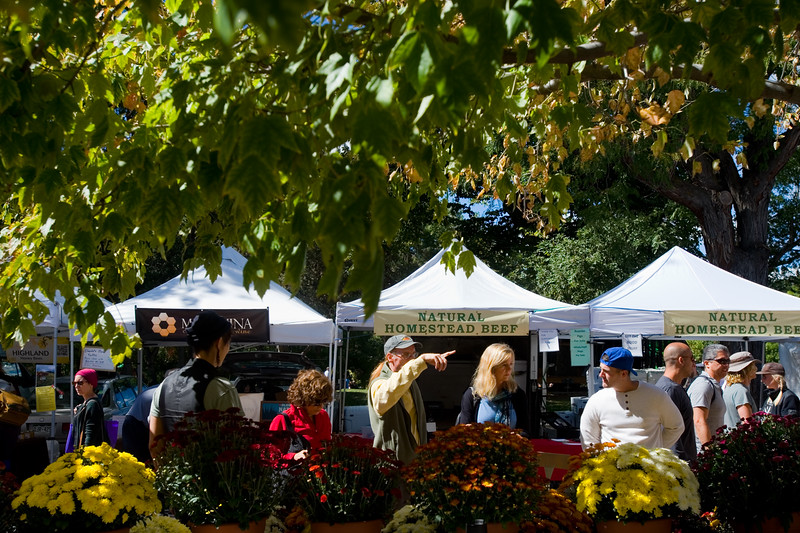 "Visitors shop at the Farmers' Market in Boulder on Saturday. Boulder is looking into having a year-round public market on 13th Street between Arapahoe Ave. and Canyon Blvd. <br /> More photos:  <a href=""http://www.dailycamera.com"">http://www.dailycamera.com</a><br /> (Autumn Parry/Staff Photographer)<br /> September 24, 2016"