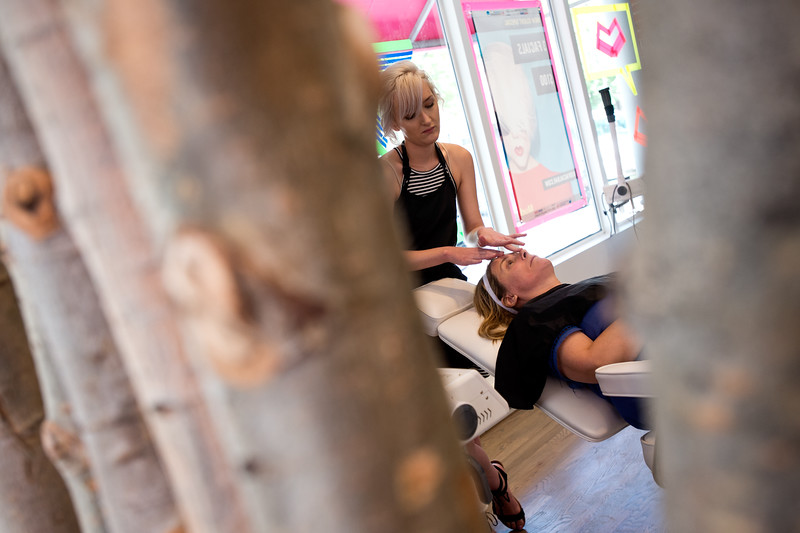 "Nadja Heath, an esthetician, applies moisturizer to Aimee Sheeber after a fresh facial at Mud Facial Bar in Boulder on Thursday. <br /> More photos:  <a href=""http://www.dailycamera.com"">http://www.dailycamera.com</a><br /> (Autumn Parry/Staff Photographer)<br /> July 7, 2016"