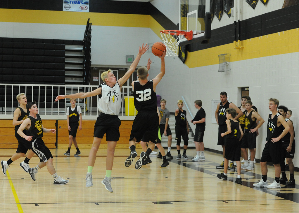 . Thompson Valley\'s Darren Edwards (32) goes up for a layup during a recent practice at TVHS.