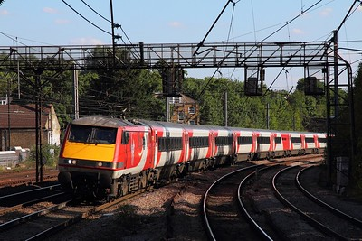 91130 on the 1N27 London Kings Cross to Newcastle at Harringay on the 8th July 2017