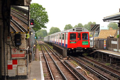 7032+7007 working High Street Kensington to Wimbledon at Parsons Green on 7th May 2017