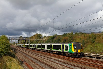 350376+350112 on the 2T20 1156 Tring to London Euston at Bourne End on the 9th September 2017