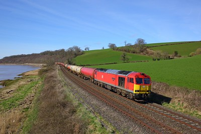 60091 passes Wellhouse Bay, Purton on the 6B13 Robeston to Westerleigh tanks on the 5th April 2018
