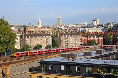 Gatwick Express 387s on the 1W30 0843 London Victoria to Brighton passes the 1M23 0744 Brighton to London Victoria at Grosvenor bridge on the 31st August 2018