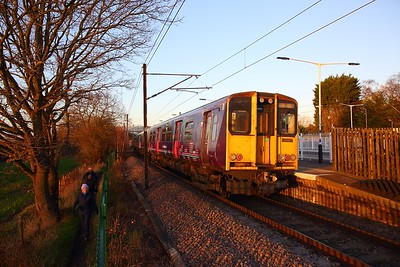 313036+313032 on the 2V89 1520 Moorgate to Welwyn Garden City at Brookmans Park on the 17th January 2019