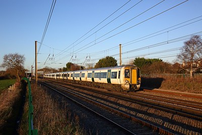 387123+387116 on the 1T37 1344 Kings Lynn to London Kings Cross at Brookmans Park on the 17th January 2019