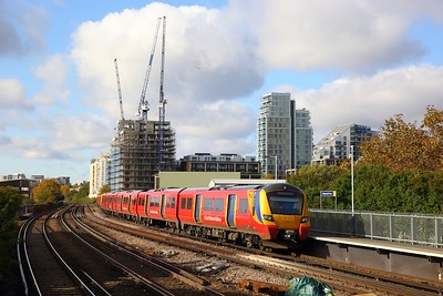 707028+707021 on the 2R21 1015 London Waterloo circular via Hounslow and Barnes Bridge at Wandsworth Town on the 7th November 2019