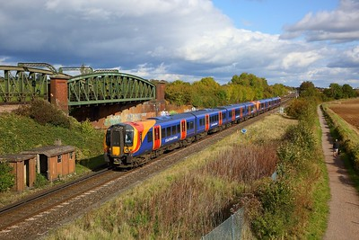 450118+450002 on the 1T33 1209 London Waterloo to Portsmouth Harbour at Worting junction on the 19th October 2019