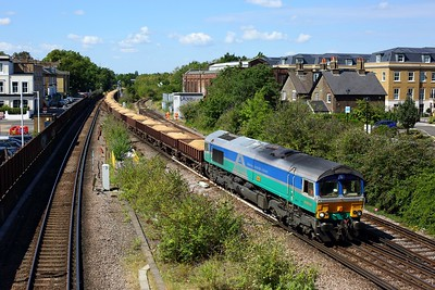 66711 powering 6Y48 Eastleigh east yard to Hoo junction at Twickenham on 22 July 2020  GBRf66, WaterlooReadingline