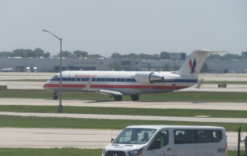 American Eagle Bombardier CRJ-200 in an older version of the livery at Chicago O'Hare, 29.06.2018.