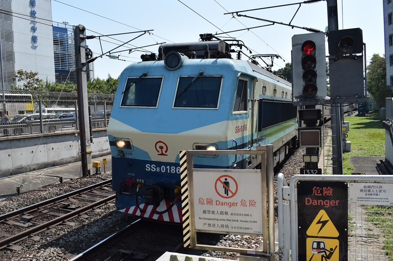 China Railways SS8 class electric loco no. 0186 passing Tai Wai with a cross-border intercity service.