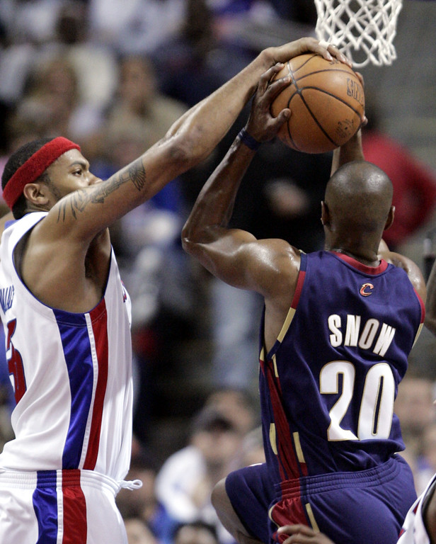 . Detroit Pistons forward Rasheed Wallace reaches in and blocks a shot by Cleveland Cavaliers guard Eric Snow (20) during the third quarter of Game 7 of their NBA basketball playoff series at the Palace in Auburn Hills, Mich., Sunday, May 21, 2006.  (AP Photo/Paul Sancya)