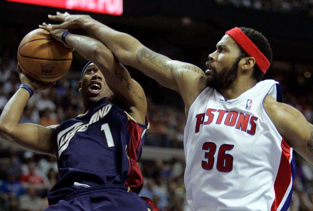 . Cleveland Cavaliers guard Daniel Gibson has the ball deflected by Detroit Pistons forward Rasheed Wallace during the second quarter of an NBA Eastern Conference final basketball game at the Palace of Auburn Hills, Mich., Thursday, May 31, 2007. (AP Photo/Paul Sancya)