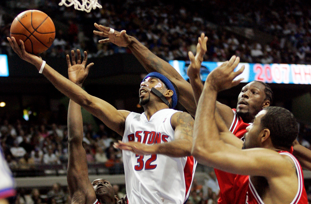. Detroit Pistons guard Richard Hamilton (32) goes to the basket past Chicago Bulls center Ben Wallace and forward Malik Allen, right, in the second half of Game 1 of an NBA second-round playoff basketball series Saturday, May 5, 2007, in Auburn Hills, Mich. (AP Photo/Duane Burleson)