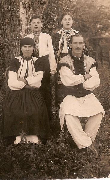 """Сім""""я Кручаків, с. Іване-Золоте, 1937 р, Сидять:  Марія та Василь. Другий ряд: їх діти Володимир та Ганна."""