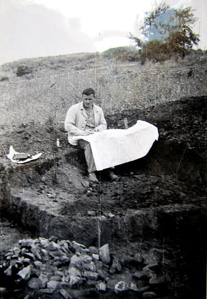 Доц. Юрій Малєєв, археолог. Під час розкопок.  Заліщики. 1970.