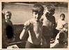 Під час прогулянки на Дністрі. Василь Лопух тримає вужа, позаду Володимир Кабачій. Ліворуч Гуменна, праворуч Галина Трилінська