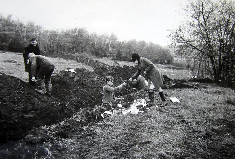 Під час розкопок. В траншеї Володимир Кабачій. Заліщики 1970.