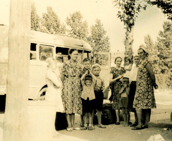 Львівяни під час відпочинку в Заліщиках і моя мама тримає на руках Марусю, праворуч бабка - Михайлина Білявська, поруч пані Іванка