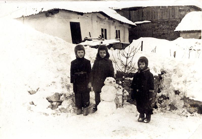 Віктор Масик, Василь Лопух, Люба Лопавчук. Приблизно 1962-63. Позаду хата родини Гульків.