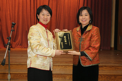 Chairperson Nancy Pu-Cho presents plaque thanking TECRO. 華府文化中心代表處副主任楊海華