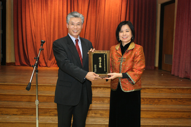 Chairperson Nancy Pu-Cho presents plaque thanking Director Wang for his contribution  領務組組長王志發