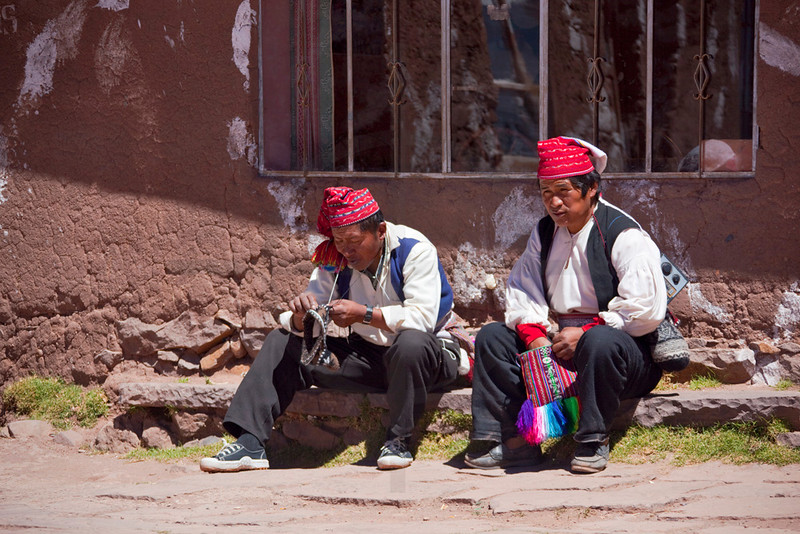men knitting and chewing coca leaves, Taquile Island, Lake Titicaca, Preu