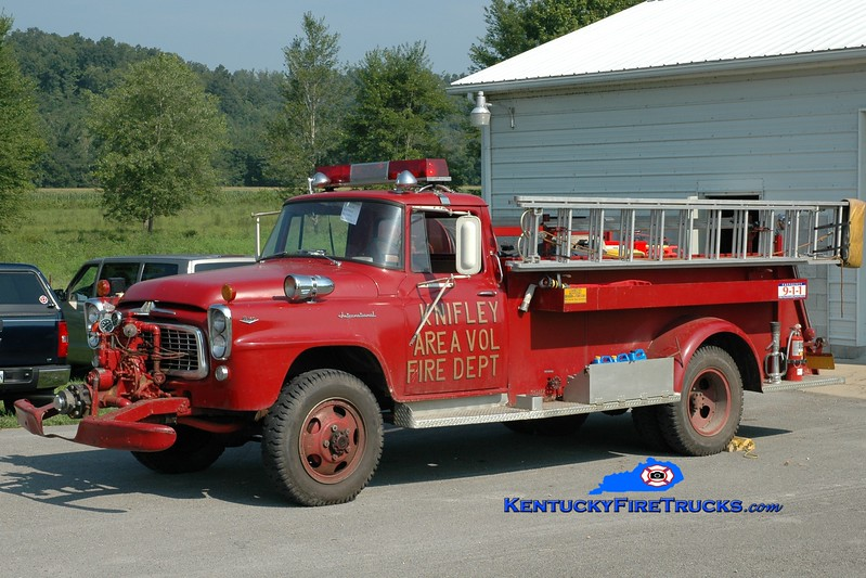 <center> Knifely  Engine 1 <br> x-Richmond, KY  <br> 1961 International B160/Darley 500/500  <br> Greg Stapleton photo </center>