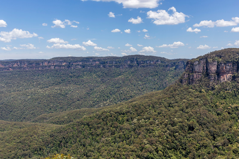 Walking to Three Sisters, Blue Mountains