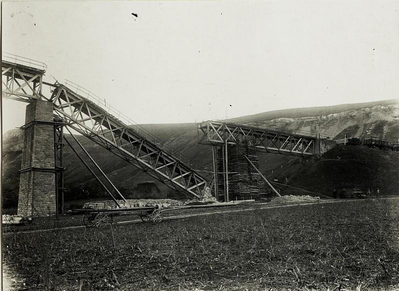 Gehobenes Eisenbahn-Brückenstück. Zaleszczyki.