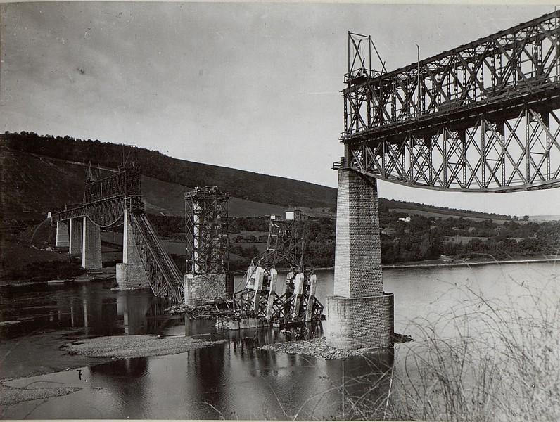 Gesprengte Eisenbahnbrücke bei Zaleszczyki